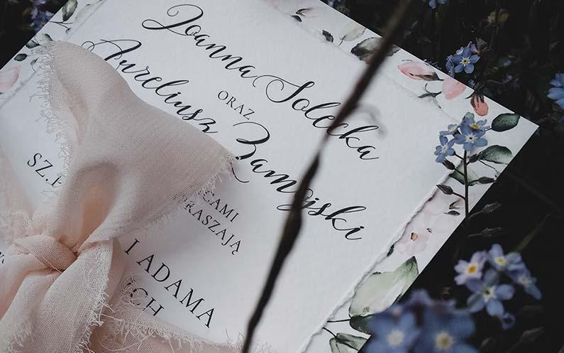 Zaproszenia inspirowane różowymi kwiatami