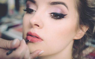 Sześć trendów w modzie i makijażu, które wyglądają jak modnie